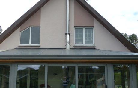 Conduit Modinox PTR Sortie de toiture de véranda et conduit le long du pignon de la maison