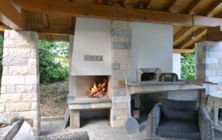 Four Le Panyol sous toiture terrasse avec barbecue sur mesure et plan de travail