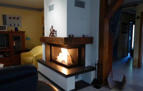 Cheminée Contemporaine Ruegg 720 Compact Angle 90° Habillage Granit Poutre Bois