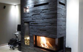Cheminée Contemporaine 720 Compact Angle 90° Habillage Granit Niches avec éclairage Plaquettes Pierre Artésia