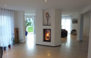 Cheminée Contemporaine avec Foyer BG Fires Concept 540 V Plat Double Face Tunnel Tablettes Granit