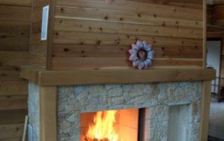 Cheminée avec foyer Bodart et Gonay Phénix Habillage en pierre de Savoie et placage en bois