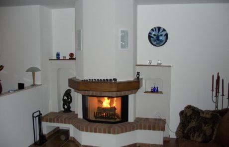 Cheminée avec foyer Ruegg Prismalo en U ouvert et Habillage Briques de Hollande et Poutre bois