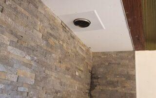 Plaquettes de parement et caisson de finition plafond
